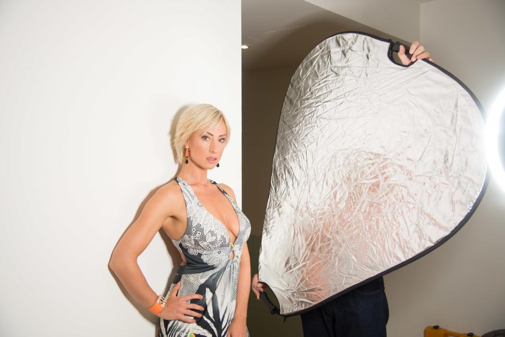 backstage-pannello-riflettente donna modella bionda set fotografico